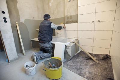 polnische Fliesenleger im Badezimmer